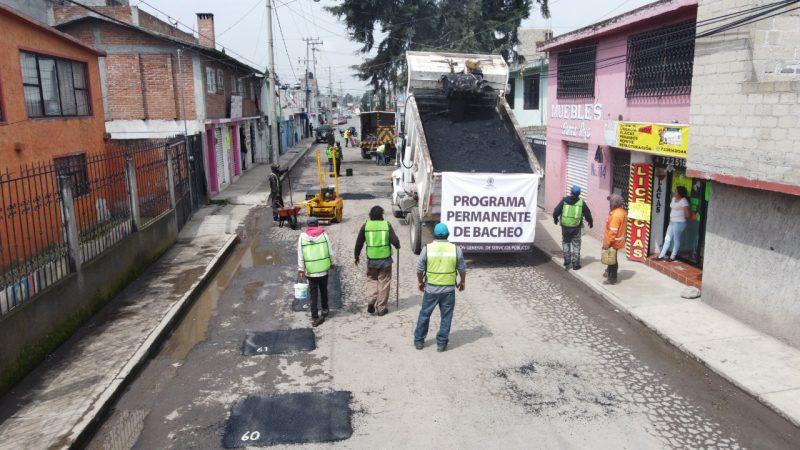 Los trabajos de bacheo que lleva a cabo el gobierno municipal de Toluca, revierten el deterioro de calles y vialidades de las 47 delegaciones de la capital, a través de la aplicación de entre 70 y 100 toneladas diarias de mezcla asfáltica.